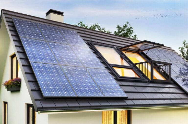 Sonnenkollektoren auf dem Dach des modernen Hauses
