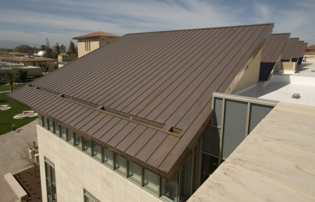 Stehfalz Kupferdach auf einem großen öffentlichen Gebäude