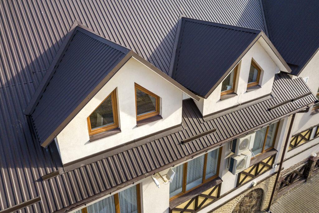Außenaufnahme eines Hauses mit Metalldach.