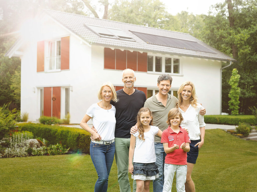 Glückliche Familie heizt umweltfreundlich mit Solarenergie und Pellets-Heizsystem